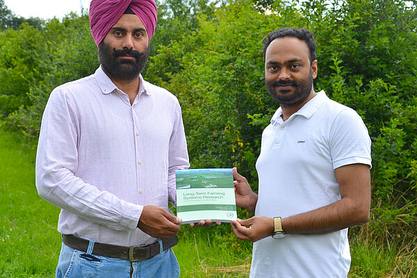 FiBL researchers Gurbir Bhullar and Amritbir Riar presenting their publication