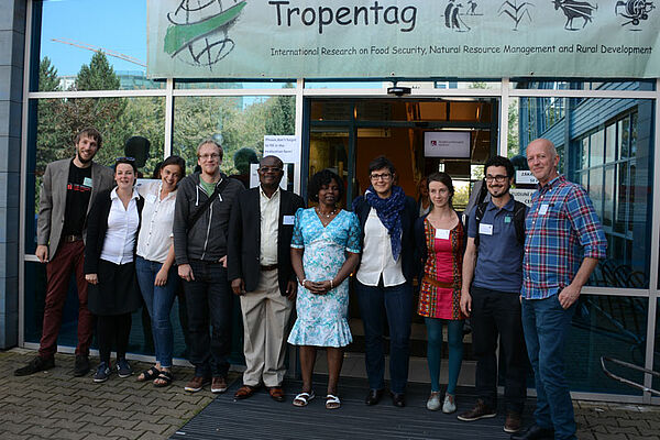 A group of people infront of the Tropentag banner